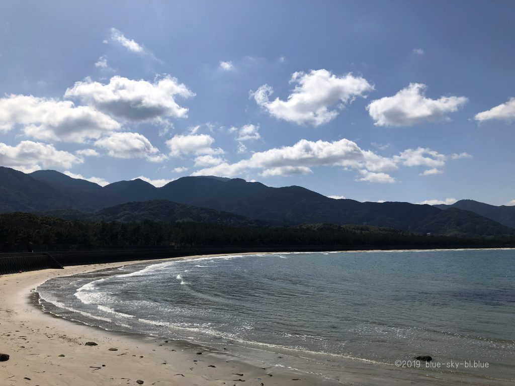 春の海の綺麗な美しい自然の風景 4k癒し系映像 砂浜 波 空 雲の画像